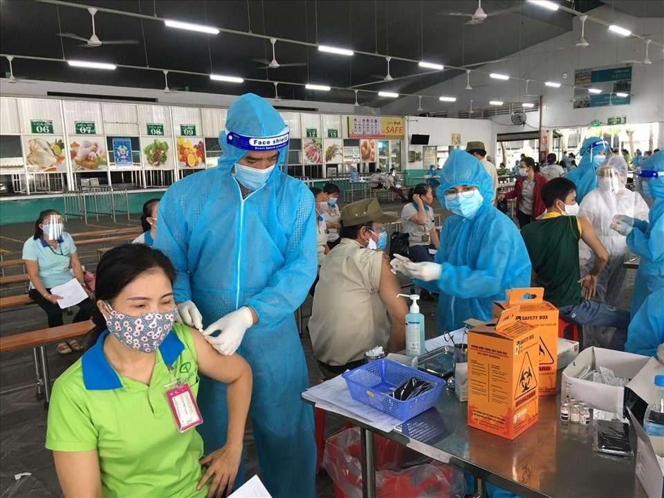 tiem vaccine phong covid 19 cho cong nhan 1