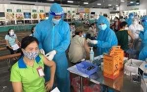 Tiêm vaccine phòng COVID-19 cho công nhân trên diện rộng